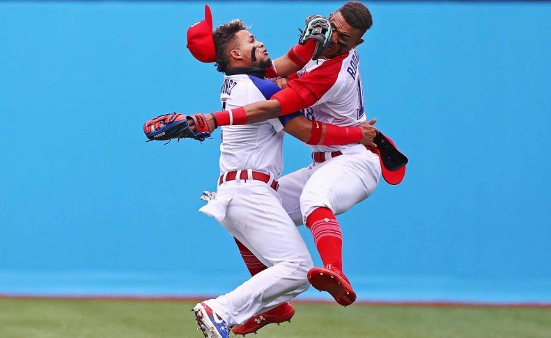 Dos jugadores dominicanos chocan durante su partido de béisbol