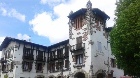 Un incendio daña el tejado del hotel Ayestarán en Lekunberri
