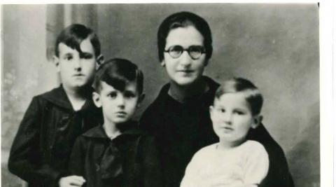 Aurora Nieto, viuda y con tres hijos, fue una de las primeras supernumerarias del Opus Dei. En la imagen, en Salamanca, en 1945