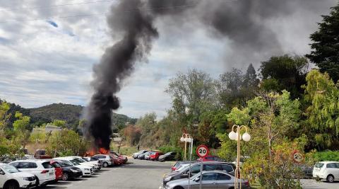 Un total de cinco coches que se encontraban estacionados en el aparcamiento del Hospital García Orcoyen de Estella han ardido este mediodía.
