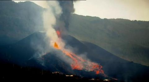 El cono principal del volcán de La Palma sufrió este domingo un derrumbe parcial de su estructura a la vez que se incrementó la actividad efusiva, con la emisión de lava fluida.