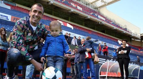 Con su hijo Oihan cuando se despidió del club hace siete años