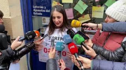 Beatriz García, de la Administración de Lotería de la calle Aldada, celebra el tercer premio