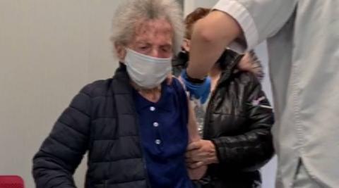 La abuela de Navarra recibe la primera dosis de la vacuna
