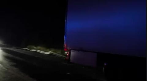 Los agentes regulan el tráfico en el lugar del accidente