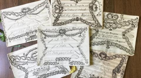 Partituras que pertenecieron a la Reina de Etruria y su hija Luisa Carlota de Borbón. Estas partituras están decoradas con cintas de raso y motivos que imitan bordados, una estética típicamente femenina