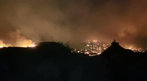 Trabajos de extinción del incendio en el Vedado de Eguaras, en Valtierra, por la noche