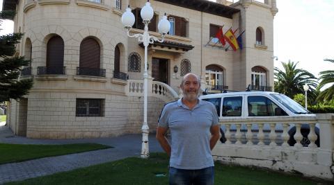 Emilio Cigudosa en el exterior del ayuntamiento de San Adrián