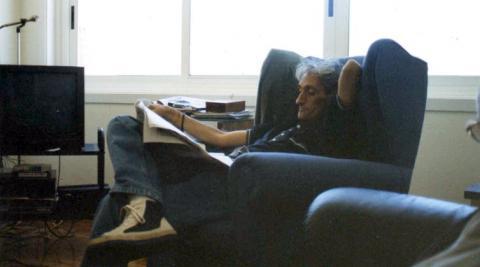 Lois Pereiro leyendo en su casa de A Coruña