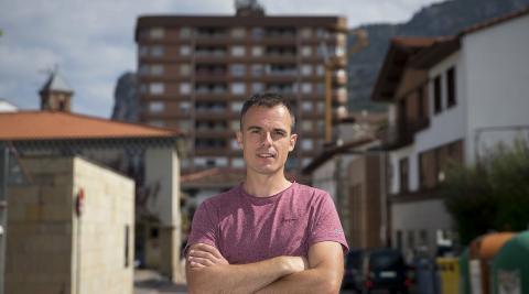 Aitor Larraza Carrera en la calle Estella, que discurre delante de la plaza de los Fueros
