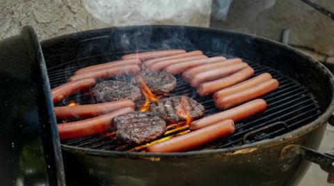 Las hamburguesas y salchichas tienen un contenido elevado de grasas saturadas
