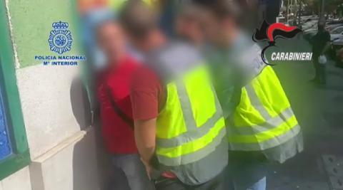 El arrestado, considerado uno de los prófugos más buscados de Italia, ha sido localizado con documentación portuguesa falsa, seis teléfonos móviles y casi 6.000 euros en efectivo en billetes de 200 euros.