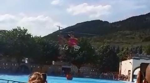 Un helicóptero se abastece de agua en las piscinas de Ansoáin para sofocar un incendio en el  monte Ezkaba