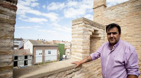 Mario Fabo, alcalde de Marcilla, en el piso superior del castillo