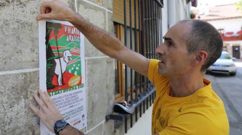 El presidente de la Sociedad Aralar Mendi, Omar Sánchez Gorriti, con un cartel de la jornada