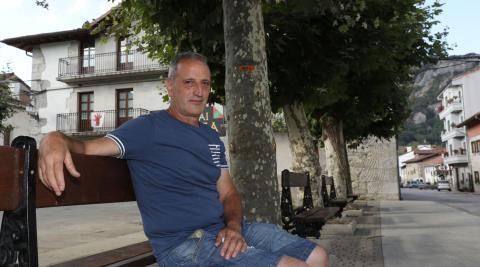 Sentado en un banco de la plaza del Ayuntamiento, el alcalde, Txomin Huarte Baleztena