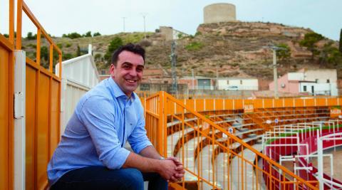 Carlos Bonel Soto, alcalde en funciones de Ablitas, en la plaza portátil instalada para las actuales 'no fiestas'