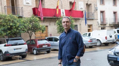 Óscar Bea Trincado pasea ante la fachada del Ayuntamiento de Cintruénigo.