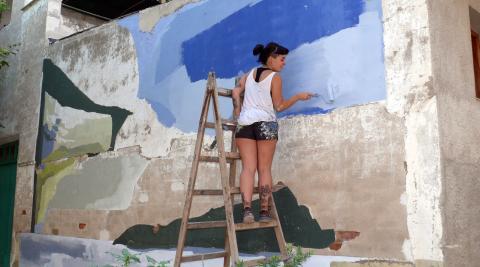 La artista vizcaína Madalen Pinuaga, en pleno proceso de elaboración de su mural
