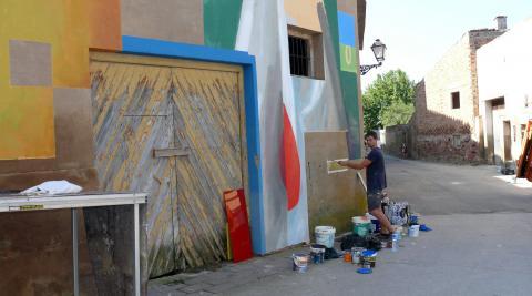 El muralista guipuzcoano Xabier Anunzibai da los últimos retoques a su obra