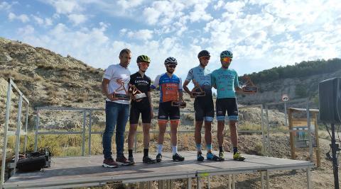De izquierda a derecha, los ciclistas Patxi Cía, Asier Bienzobas, Javier Guillorme, Carlos García y Tito Espada