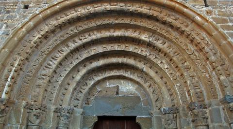 Portada profusamente decorada de San Pedro de Echano.
