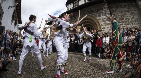 A: LUIS CARMONA. F: 08-09-2016. LUGAR: Ermita de Muskilda, Ochagavía.   PERSONA: Danzantes de Ochagavía.  TEMA: Fiestas de Ochagavía 2016. Día grande. Procesión con danzantes alrededor de la ermita de la Virgen de Muskilda.