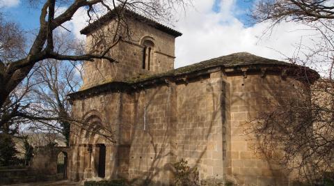 La ermita se encuentra a la salida de Sangüesa en dirección a Sos del Rey Católico.