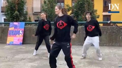 Exhibición de Arkadia Dance Studio en la plaza de los Burgos de Pamplona