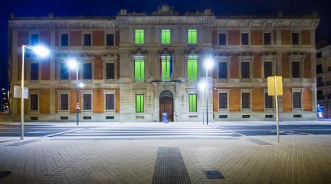 La fachada del Parlamento de Navarra, iluminada de verde con motivo del Día Mundial de Farmacéutico