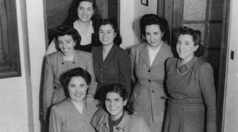 Guadalupe Ortiz de Landázuri (primera por la izda, agachada) y otras numerarias, en la residencia Abando (Bilbao) en 1947. La segunda por la dcha (de pie) es la corellana Rosario Arellano