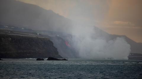 La lava del volcán Cumbre Vieja alcanzó el mar a las 00:00 horas, las 23 horas en Canarias, por la playa de Los Guirres. Está creando un depósito de más de cincuenta metros de altura y poco a poco le va ganando terreno al mar.