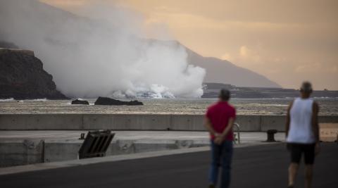 La colada de lava del volcán de La Palma llega al mar y está creando un delta ganando terreno al océano.