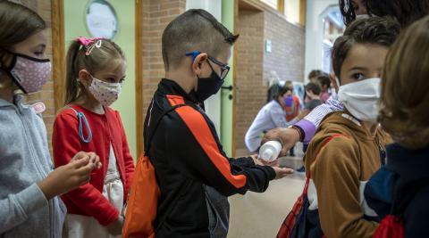 Varios niños se lavan las manos al entrar en el Colegio Público San Miguel de Noáin.