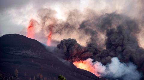 La lava que emerge de la erupción volcánica de Cumbre Vieja, en la isla canaria de La Palma, ha llegado ya al mar.