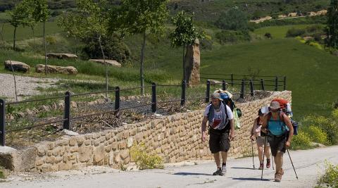 Dos peregrinos entran en la localidad de Ázqueta.