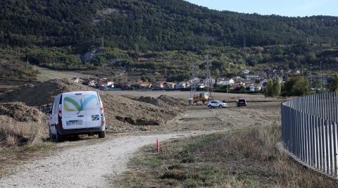 La urbanización desde el otro lado. Al fondo, el pueblo de Artica y la ladera de San Cristóbal-Ezkaba
