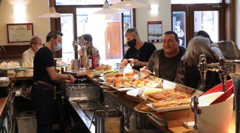 Imagen del bar Fitero con el público accediendo a la barra por primera vez tras el fin de las restricciones de la pandemia