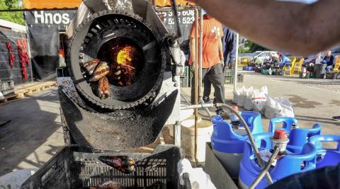 Más del 90% de la clientela del mercado opta por llevarse los pimientos asados de los puestos