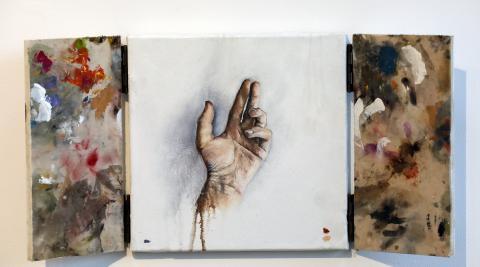 Sutileza y delicadeza de una mano, que contrasta con las manchas en el conjunto del tríptico