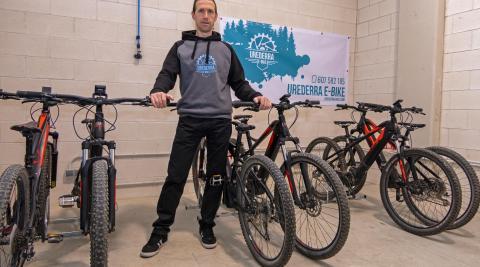 Raúl Lana Arróniz, con las bicicletas que pone al servicio del cliente en sus rutas guiadas