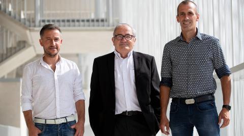 Patxi Puñal, en compañía de Ángel Alcalde, director de Tajonar, y Luis Sabalza, presidente de Osasuna, el día de su presentación