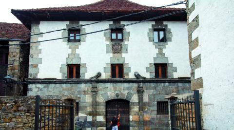 Vista frontal de la fachada de Casa Koleto, muy cerca del consistorio de Ochagavía