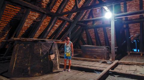 El sabaiao, un amplio espacio bajo la cubierta de madera de la casa