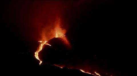 El derrumbe del cono norte del volcán de La Palma ha aumentado la velocidad de los ríos de lava, que han llegado a bajar a 700 metros por hora y que ya han destruido lo poco que quedaba de Todoque. Preocupa la dirección del viento y la mala calidad del aire, que vuelven a afectar al espacio aéreo.