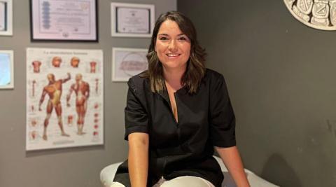 Jessica Cerdán en su centro de masajes, Reiki y meditación