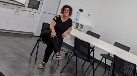Nekane Ansó Pascual, en su sala multiusos de la capital ribera