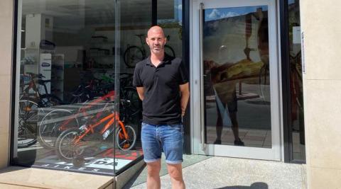 Isaac Embún, ante la fachada de su tienda