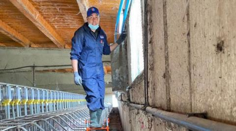 Hichan Chbouki realiza un trabajo de mantenimiento