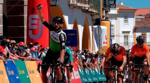 Enrique Sanz celebra un triunfo de etapa